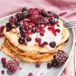 Clătite cu iaurt, cottage cheese și fructe de pădure