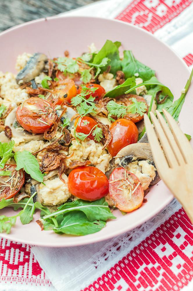 scrambled-eggs-ciuperci-rosii-coapte-10002