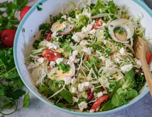 Salată bogată cu ou și brînză feta